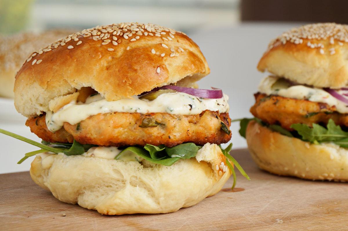 zdjecie hamburger z lososiem